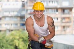 Εργάτης οικοδομών που παίρνει ένα σπάσιμο στην εργασία Στοκ Εικόνα