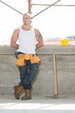 Εργάτης οικοδομών που παίρνει ένα σπάσιμο στην εργασία Στοκ Φωτογραφία