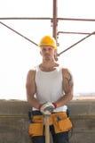 Εργάτης οικοδομών που παίρνει ένα σπάσιμο στην εργασία Στοκ εικόνα με δικαίωμα ελεύθερης χρήσης