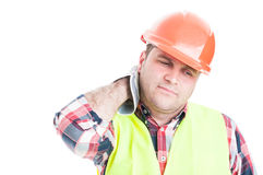 Εργάτης οικοδομών που φαίνεται κουρασμένος ή ανήσυχος στοκ φωτογραφία