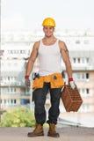 Εργάτης οικοδομών στην εργασία με το τούβλο Στοκ φωτογραφία με δικαίωμα ελεύθερης χρήσης
