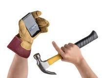 Εργάτης οικοδομών χεριών με το σφυρί και το smartphone, αγορά μέσα Στοκ φωτογραφία με δικαίωμα ελεύθερης χρήσης