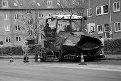 ΕΡΓΑΖΟΜΕΝΟΙ RPARING KASTUPLUNDGADE ΑΣΦΑΛΤΟΥ Στοκ φωτογραφία με δικαίωμα ελεύθερης χρήσης