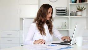 εργαζόμενες νεολαίες γυναικών επιχειρησιακών υπολογιστών φιλμ μικρού μήκους