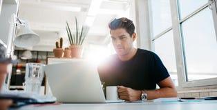 εργαζόμενες νεολαίες lap-top υπολογιστών επιχειρηματιών Στοκ φωτογραφία με δικαίωμα ελεύθερης χρήσης