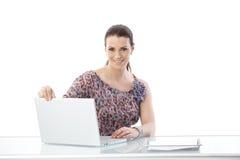 Εργαζόμενη γυναίκα γραφείων με τον υπολογιστή Στοκ εικόνα με δικαίωμα ελεύθερης χρήσης