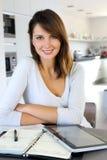 Εργαζόμενη γυναίκα σπίτι-γραφείων Στοκ Εικόνες