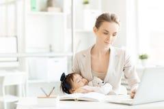 Εργαζόμενη επιχειρησιακή μητέρα Στοκ φωτογραφία με δικαίωμα ελεύθερης χρήσης