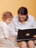 Εργαζόμενη μητέρα Στοκ φωτογραφίες με δικαίωμα ελεύθερης χρήσης