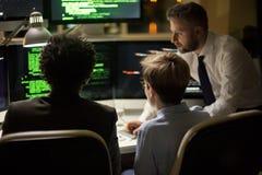 Εργαζόμενη συνεδρίαση των ταλαντούχων προγραμματιστών στοκ φωτογραφίες