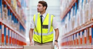 Εργαζόμενοι αποθηκών εμπορευμάτων που προετοιμάζουν μια αποστολή απόθεμα βίντεο