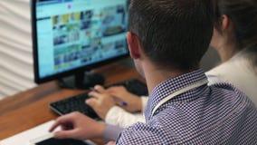 Εργαζόμενοι γραφείων με το φορητό προσωπικό υπολογιστή φιλμ μικρού μήκους
