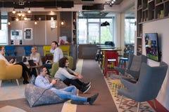 Εργαζόμενοι γραφείων ξεκινήματος που παίζουν τα παιχνίδια στον υπολογιστή Στοκ Φωτογραφία