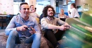 Εργαζόμενοι γραφείων που παίζουν τα παιχνίδια στον υπολογιστή Στοκ φωτογραφίες με δικαίωμα ελεύθερης χρήσης