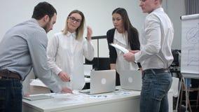 Εργαζόμενοι γραφείων που συζητούν τις ιδέες για το πρόγραμμα απόθεμα βίντεο
