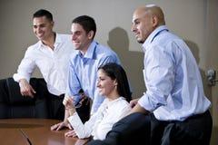 Εργαζόμενοι γραφείων στην παρουσίαση προσοχής αιθουσών συνεδριάσεων στοκ εικόνες με δικαίωμα ελεύθερης χρήσης