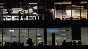 Εργαζόμενοι γραφείων στο τέλος του χρονικού σφάλματος εργάσιμης ημέρας απόθεμα βίντεο