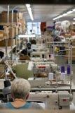 Εργαζόμενοι γυναικών που ράβουν στο ράψιμο του εργαστηρίου στοκ εικόνες