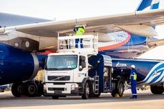 Εργαζόμενοι επιχείρησης Gazprom αερολιμένων που ανεφοδιάζουν σε καύσιμα τα αεροσκάφη Στοκ Φωτογραφία