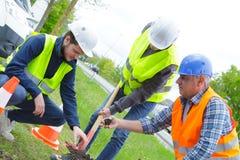 Εργαζόμενοι κήπων που σκάβουν στο πάρκο Στοκ εικόνες με δικαίωμα ελεύθερης χρήσης