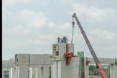 Εργαζόμενοι και εργασία γερανών για τη γέφυρα Στοκ φωτογραφίες με δικαίωμα ελεύθερης χρήσης