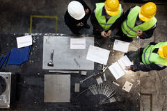 Εργαζόμενοι και διευθυντής στο εργοστάσιο Στοκ εικόνα με δικαίωμα ελεύθερης χρήσης