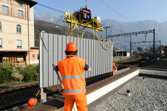 Εργαζόμενοι κατά τη διάρκεια της εγκατάστασης των εμποδίων θορύβου στο σιδηρόδρομο Στοκ φωτογραφίες με δικαίωμα ελεύθερης χρήσης