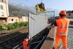 Εργαζόμενοι κατά τη διάρκεια της εγκατάστασης των εμποδίων θορύβου στο σιδηρόδρομο Στοκ φωτογραφία με δικαίωμα ελεύθερης χρήσης