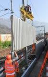 Εργαζόμενοι κατά τη διάρκεια της εγκατάστασης των εμποδίων θορύβου στο σιδηρόδρομο Στοκ Εικόνες