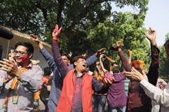 Εργαζόμενοι κομμάτων Bjp που γιορτάζουν κατά τη διάρκεια της εκλογής στην Ινδία Στοκ Εικόνα
