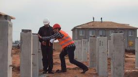 Εργαζόμενοι κοντά στις στήλες που συζητούν την ποιότητα και τη μέτρηση φιλμ μικρού μήκους