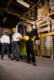 Εργαζόμενοι με το θηλυκό προϊστάμενο στην αποθήκη εμπορευμάτων αποθήκευσης Στοκ φωτογραφία με δικαίωμα ελεύθερης χρήσης