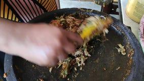 Εργαζόμενοι μπατίκ κατά την ξήρανση του υφάσματος μπατίκ φιλμ μικρού μήκους