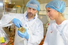 Εργαζόμενοι ομάδας στο εργοστάσιο τροφίμων Στοκ εικόνα με δικαίωμα ελεύθερης χρήσης