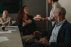 Εργαζόμενοι που γιορτάζουν τα γενέθλια συναδέλφων ` s στην αρχή Στοκ εικόνες με δικαίωμα ελεύθερης χρήσης