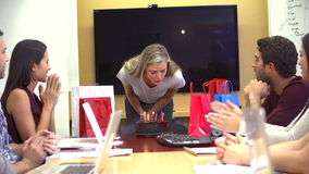 Εργαζόμενοι που γιορτάζουν τα γενέθλια του συναδέλφου στην αρχή φιλμ μικρού μήκους