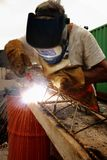Εργαζόμενοι που ενώνουν στενά το χάλυβα με την ηλεκτρική μηχανή συγκόλλησης Στοκ Εικόνες