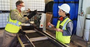 Εργαζόμενοι που επιθεωρούν την ελιά στη μηχανή στο εργοστάσιο απόθεμα βίντεο