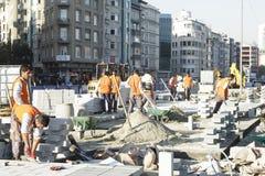 Εργαζόμενοι που κάνουν την πλατεία Taksim επισκευών Στοκ Εικόνες