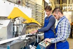 Εργαζόμενοι που κόβουν τα σχεδιαγράμματα παραθύρων Στοκ Εικόνες