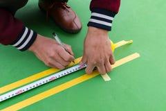 Εργαζόμενοι που μετρούν και που χαρακτηρίζουν το περιθώριο στο πάτωμα για το υπαίθριο στάδιο Στοκ φωτογραφίες με δικαίωμα ελεύθερης χρήσης