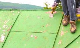 Εργαζόμενοι που ξύνουν μακριά τα στρώματα του χρώματος Στοκ Φωτογραφίες