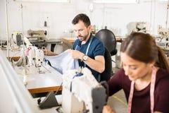 Εργαζόμενοι που ράβουν σε ένα υφαντικό εργοστάσιο Στοκ φωτογραφία με δικαίωμα ελεύθερης χρήσης