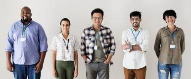 Εργαζόμενοι που στέκονται μαζί την ποικιλομορφία που απομονώνεται στοκ εικόνες