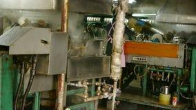 Εργαζόμενοι που τυλίγουν στο εργαστήριο Κουκούλι μεταξοσκωλήκων στο εργοστάσιο μεταξιού απόθεμα βίντεο