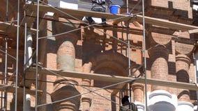 Εργαζόμενοι που χρωματίζουν τον τοίχο κοντά επάνω απόθεμα βίντεο