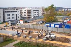 Εργαζόμενοι που χτίζουν το νέο cobble δρόμο Στοκ φωτογραφία με δικαίωμα ελεύθερης χρήσης