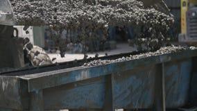 Εργαζόμενοι που χύνουν το σκυρόδεμα στις μεγάλες φόρμες χάλυβα σε ένα εργοτάξιο οικοδομής φιλμ μικρού μήκους