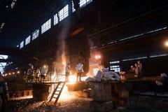 Εργαζόμενοι σε ένα εργοστάσιο χάλυβα Στοκ φωτογραφία με δικαίωμα ελεύθερης χρήσης