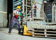 Εργαζόμενοι σε ένα εργοστάσιο στοκ φωτογραφίες